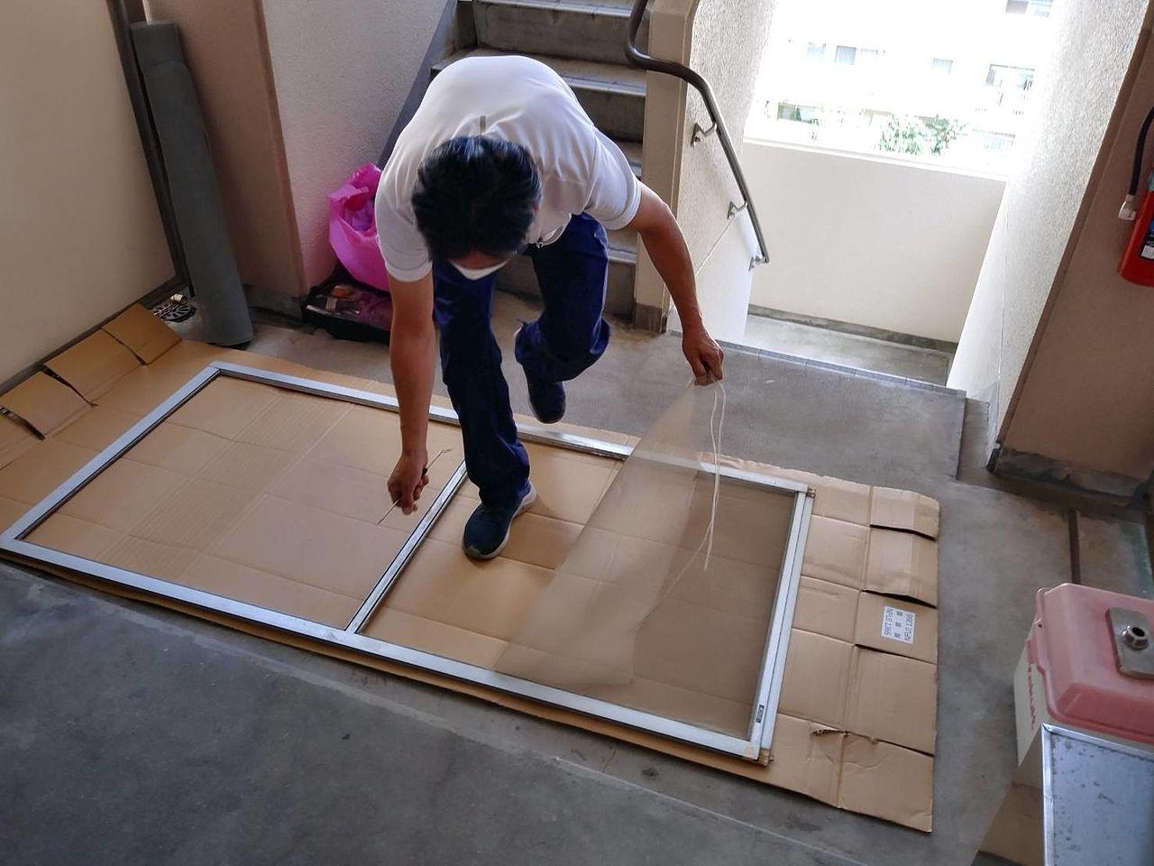 今日のお客さんは、100円ショップで購入された網戸の補修材を利用して、何ヶ所も穴の補修をされていました。