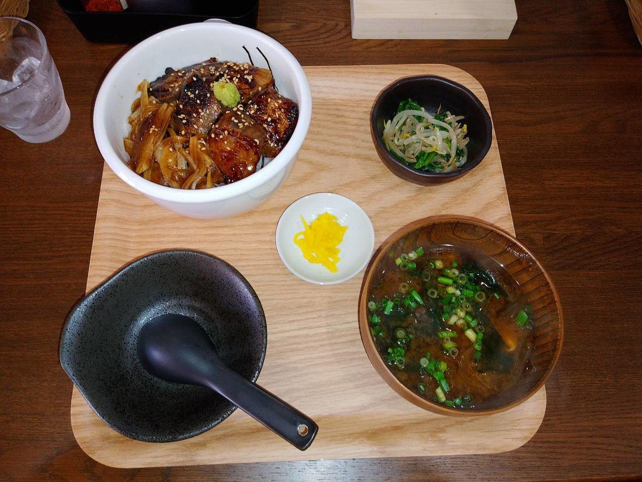 メインの丼物、小鉢、みそ汁、漬物 です。プラス200円で汁ものがうどんかそばに変更可能になります。