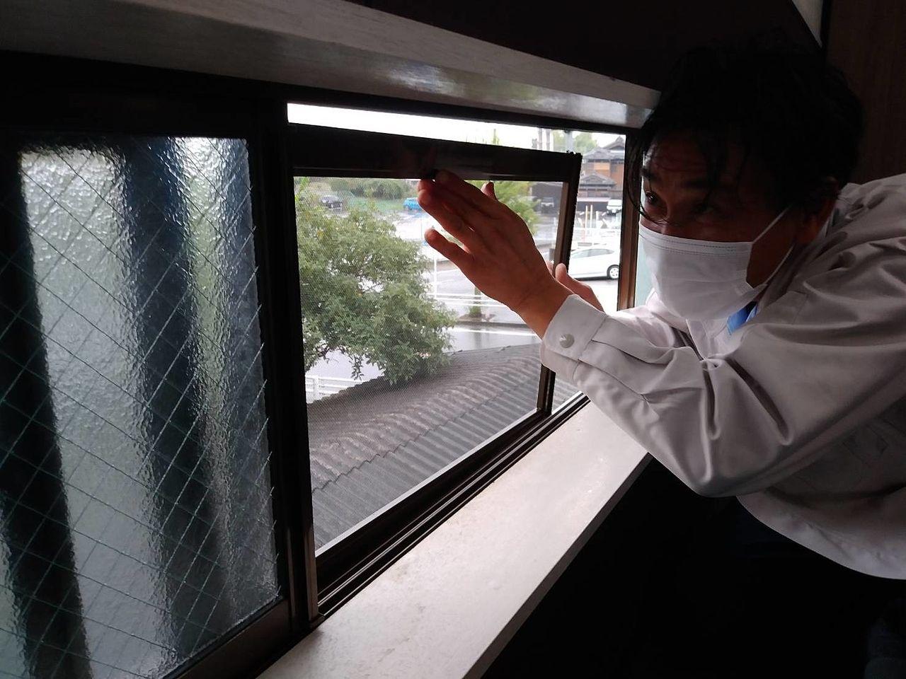 窓の開口部が広いサッシ枠は、中心部分が下がってくることが多く、丁寧な調整が必要です。技術を見せどころ!