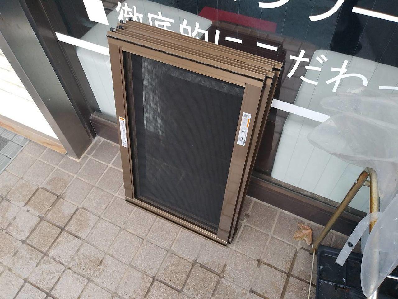 足元にある小窓用のアルミ網戸です。