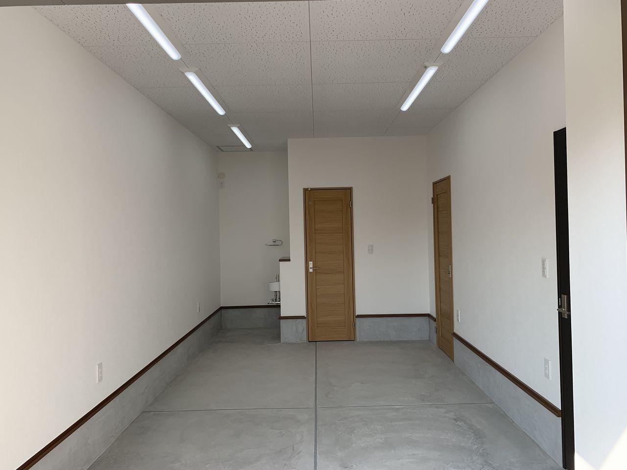 エアコンが設置できるように専用の電源とスリーブは用意されているので、1階を事務所利用する事も可能です。