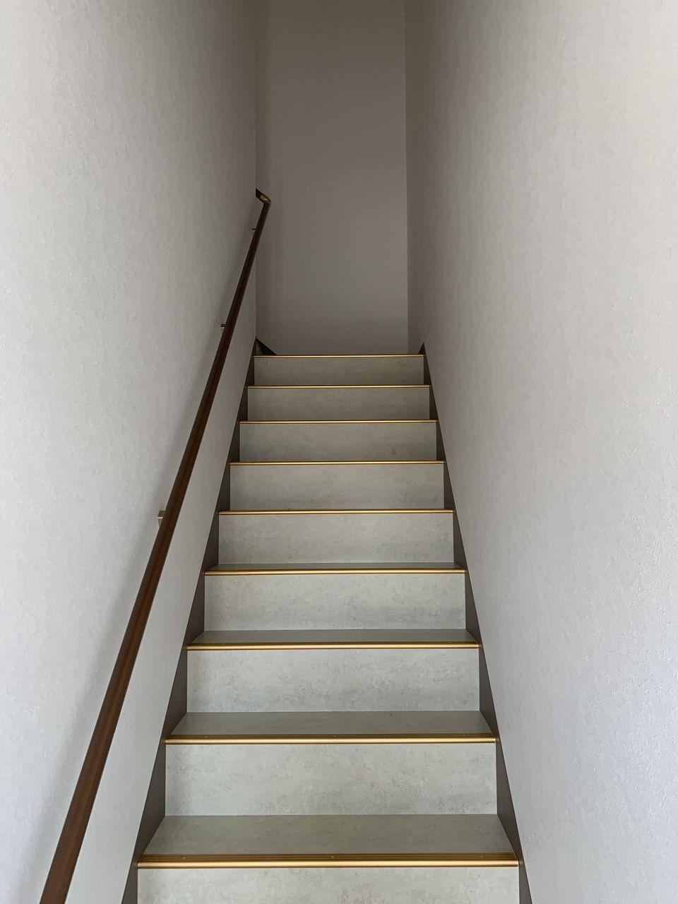 1階倉庫のシャッター横の扉から2階への階段を利用できます。玄関と2階を繋ぐモニター付きインターホン完備。