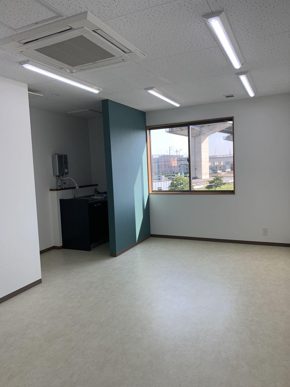 2階は天井カセット型エアコン、照明、流し台が設置済みの事務所仕様に仕上げています。設備不良の心配なしです。