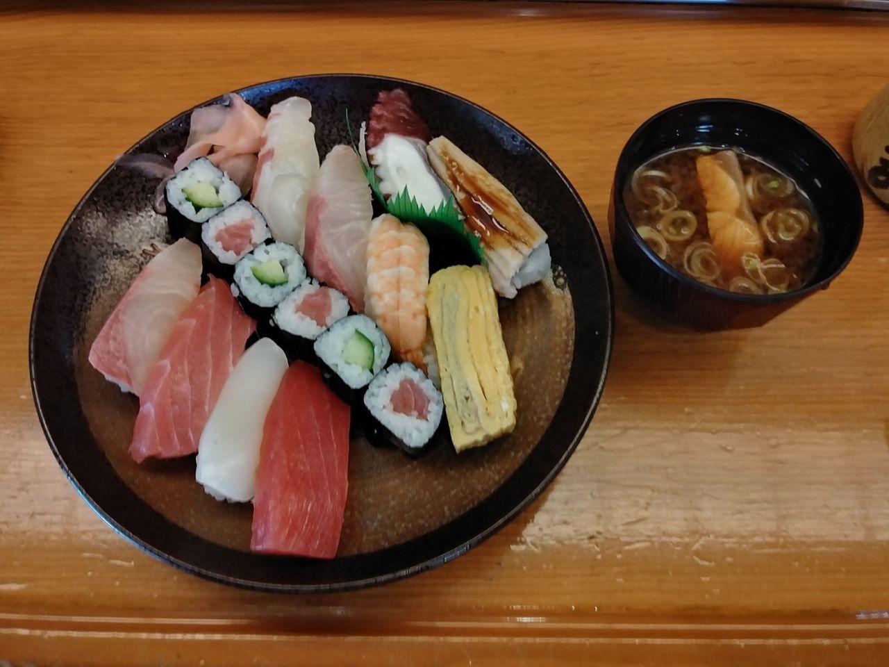 100円寿司と比較してはいけません。ネタの厚み、シャリの重量感、満腹定食のネーミングに偽りなしです!