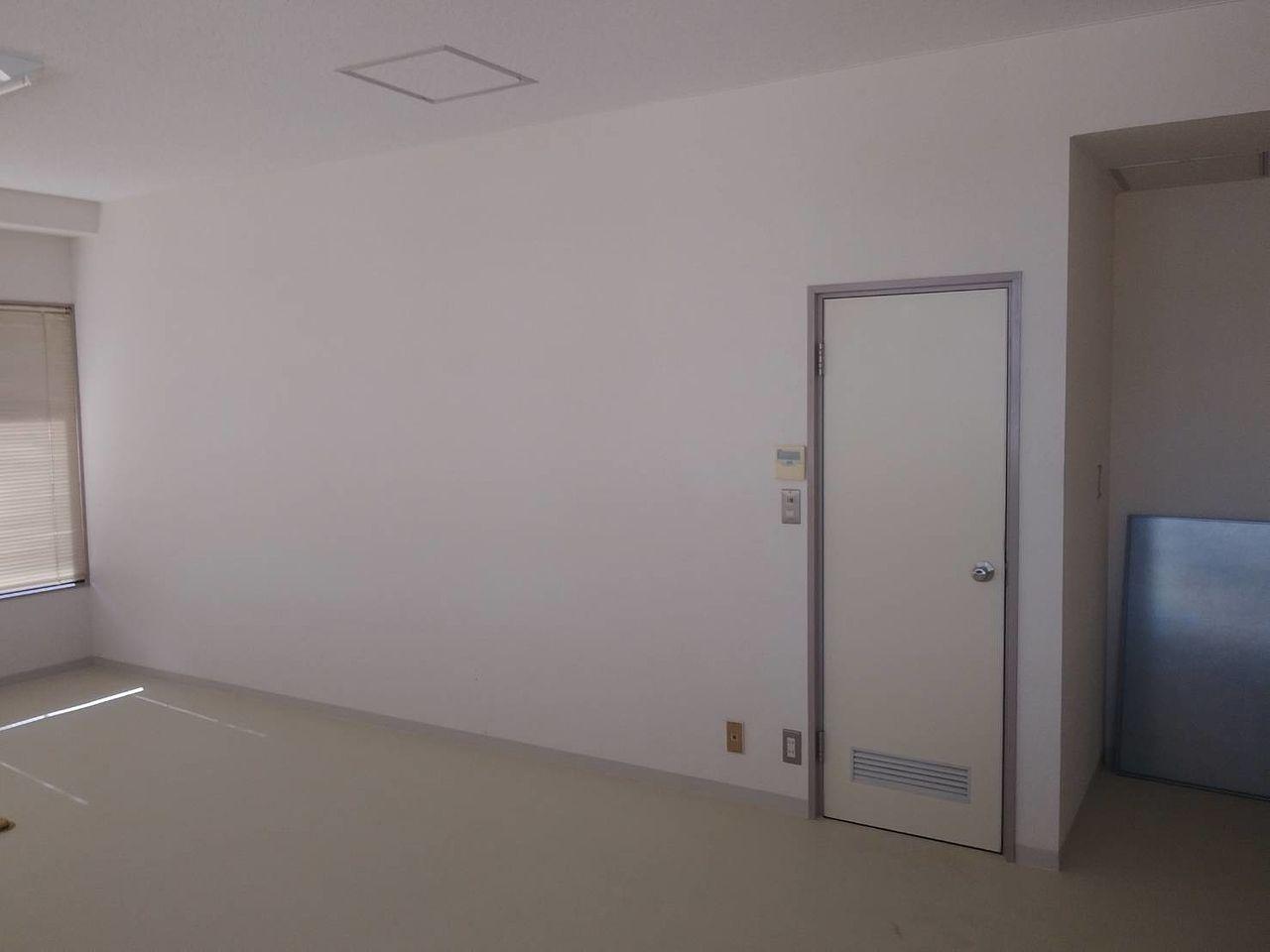 だれからも見える位置にトイレの扉があれば、利用しづらいと評判がよくはありません。何とかならないかを考えました。