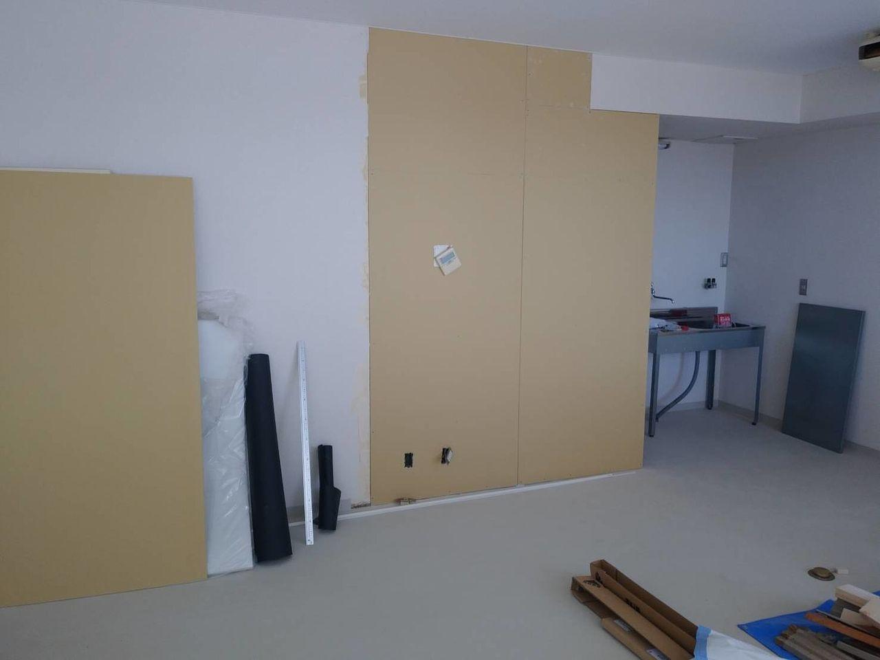 遮音シート、吸音材をしっかりと詰め込み壁を起こしました。