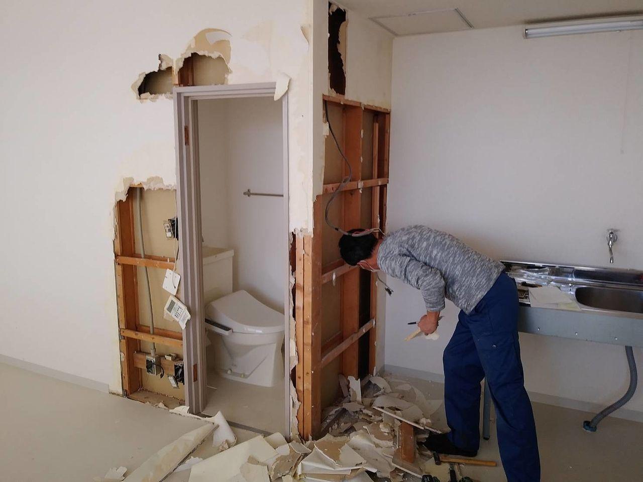 トイレ自体が広くなく、便器と事務所の距離が近い事が分かります。