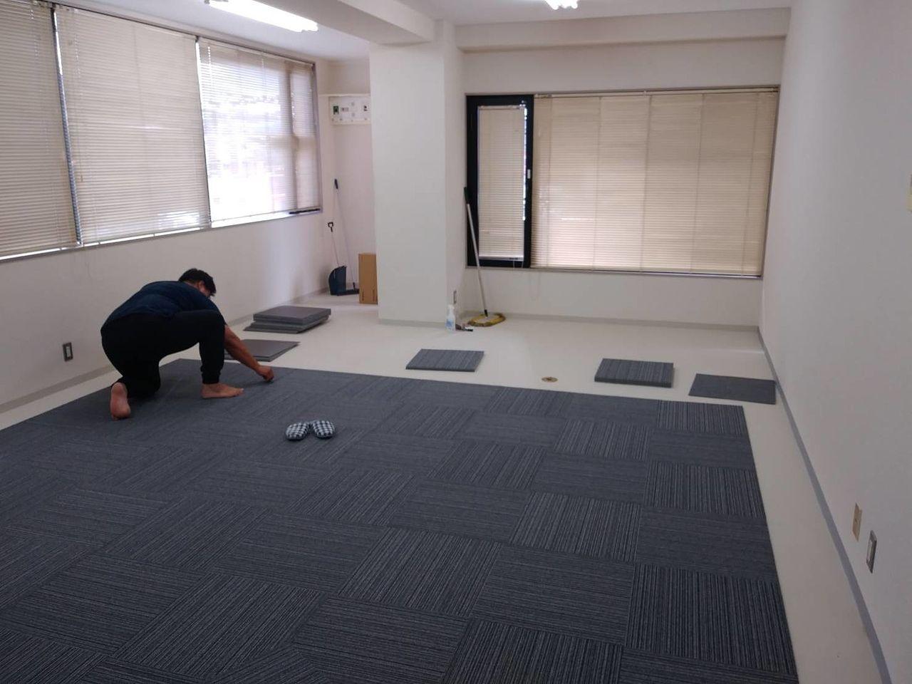 50cm角のタイルカーペットを隙間が開かないように敷き詰めて行きます。今回は接着なしの施工です。