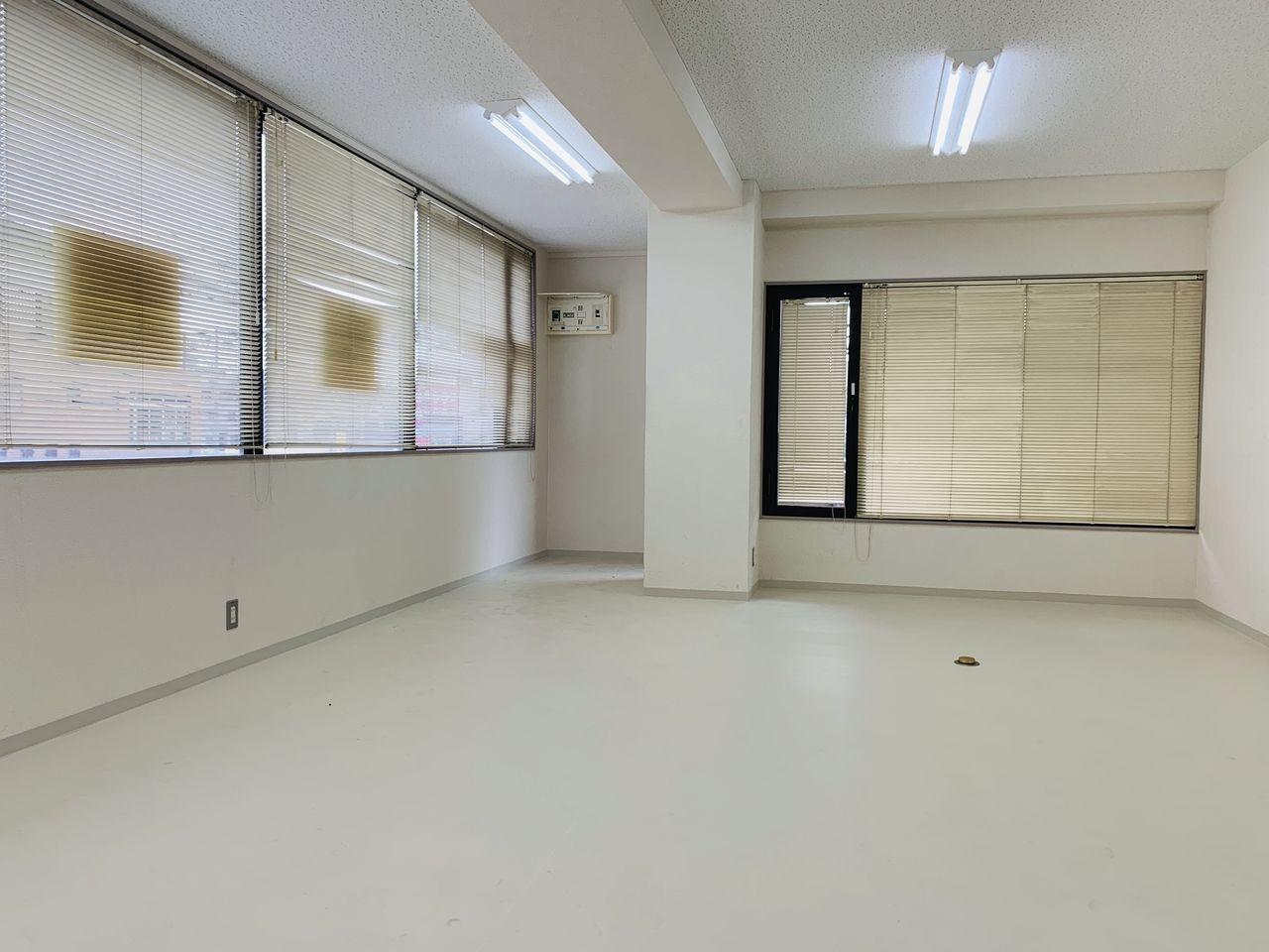 このままでも事務所として利用できますが、施主の要望でタイルカーペットを貼ることになりました。