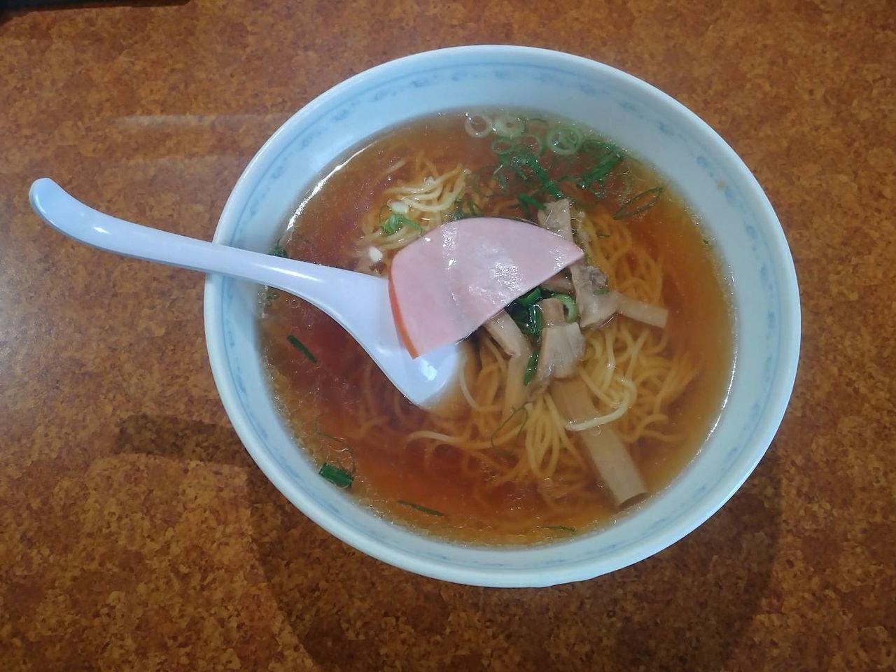 今時ハムを載せる潔さと勇気に脱帽です。スープを飲み干したくなるらーめんです。
