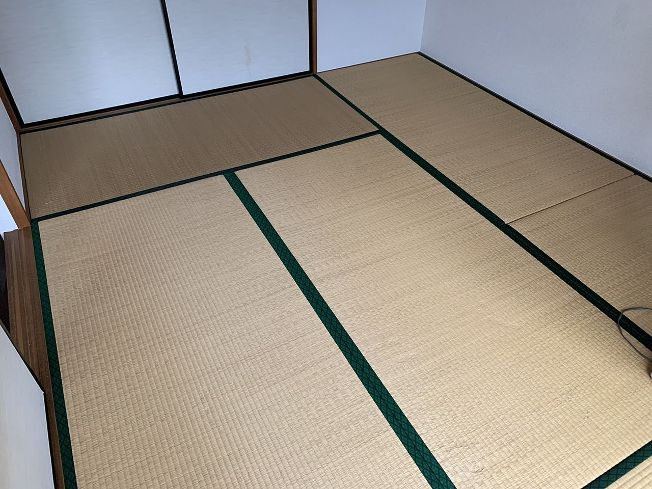 畳が波打つくらいに傷み過ぎているとフローリングカーペットでの模様替えには適しません。工事費用はかさみますが、畳を処分して床組みし直す施工をおススメします。