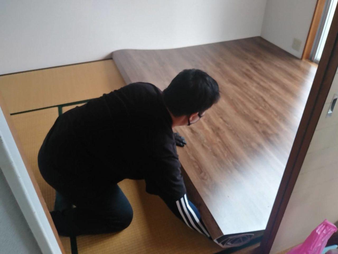 お部屋の寸法ギリギリでフローリングカーペットを準備すると敷き込みの際に壁紙を傷つけてしまう場合があります。くれぐれもご注意ください。