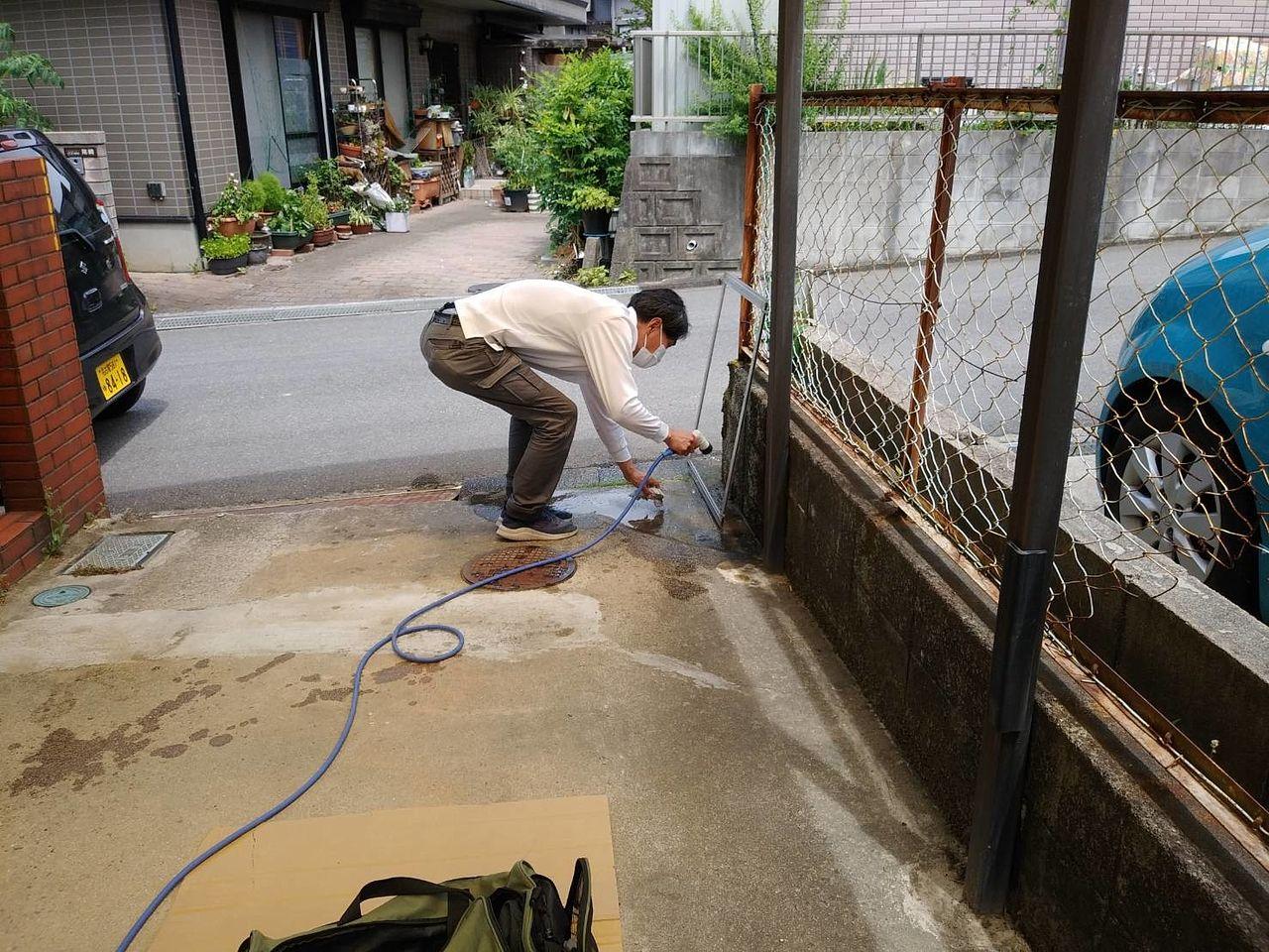 庭先でお水が拝借できない場合は、持参の霧吹きで網戸の枠をきれいにしてから、作業させていただきます。