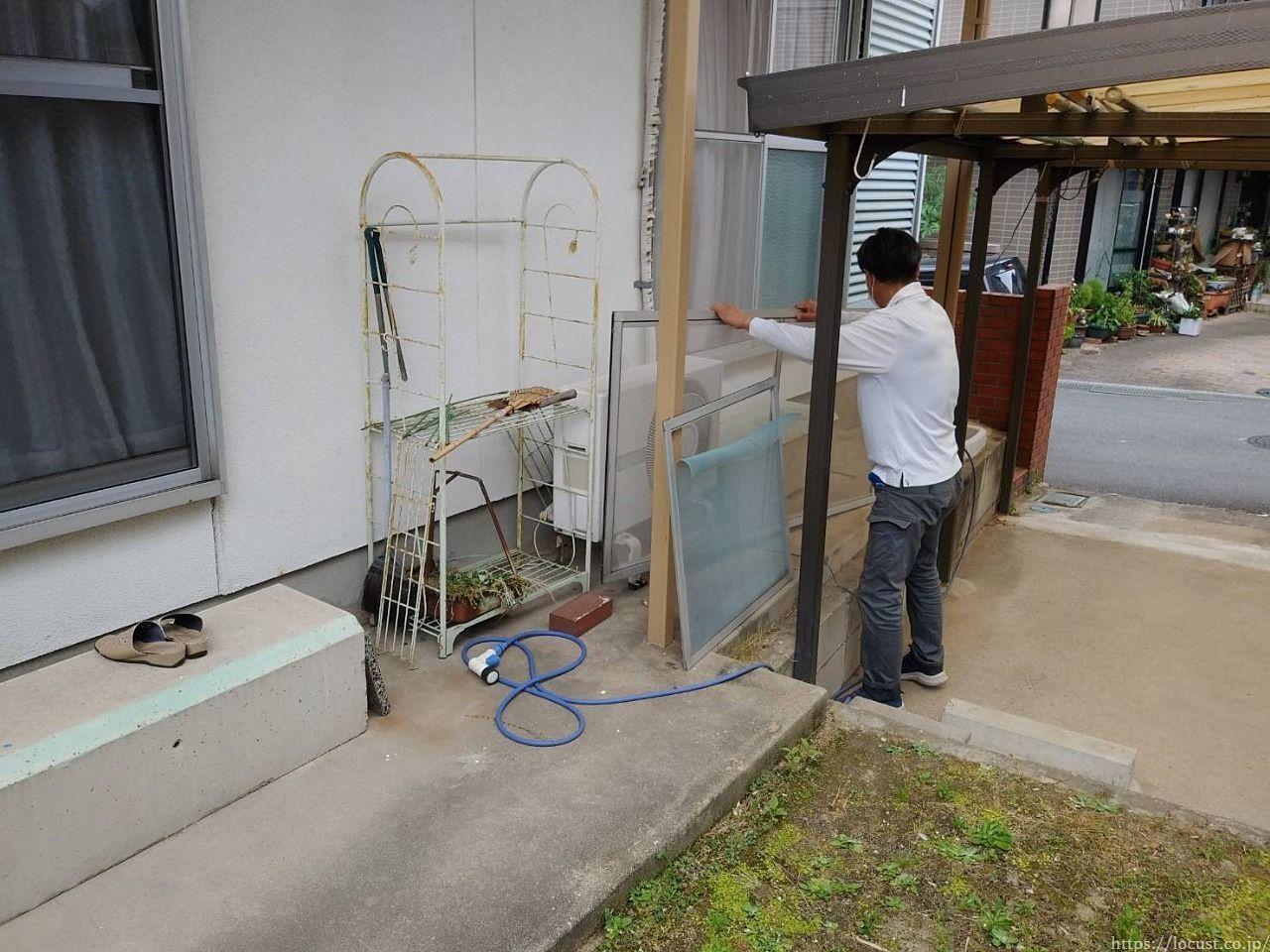 東浦町石浜西平地 アルミ網戸の取付けと張替えに伺いました。