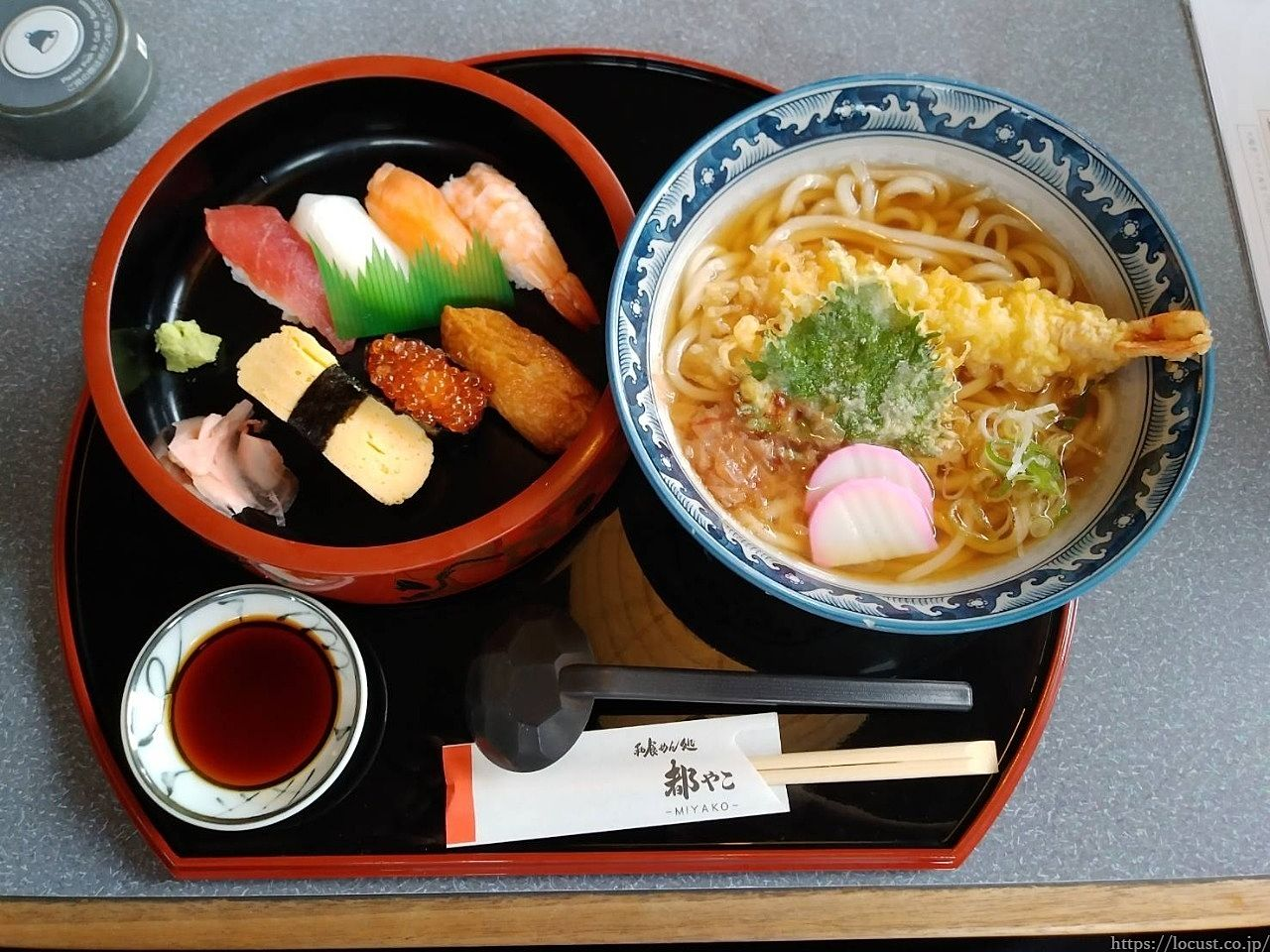 普段は天ぷらをうどんに乗せたりはしないのですが、エビの衣も美味かったです。