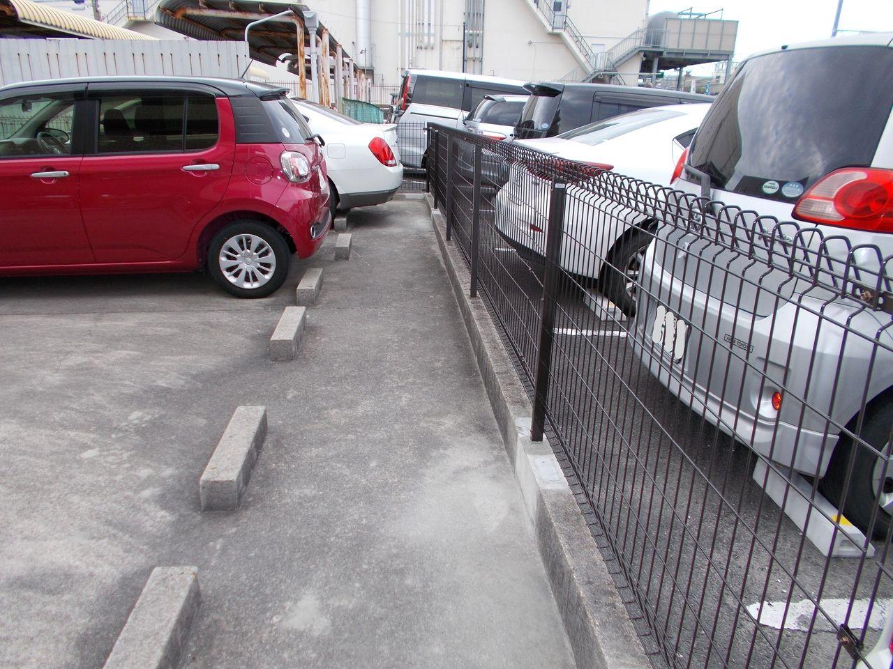 隣地法人がマンションに面した駐車場には全て輪止めを設置してくれました。ありがとうございます。