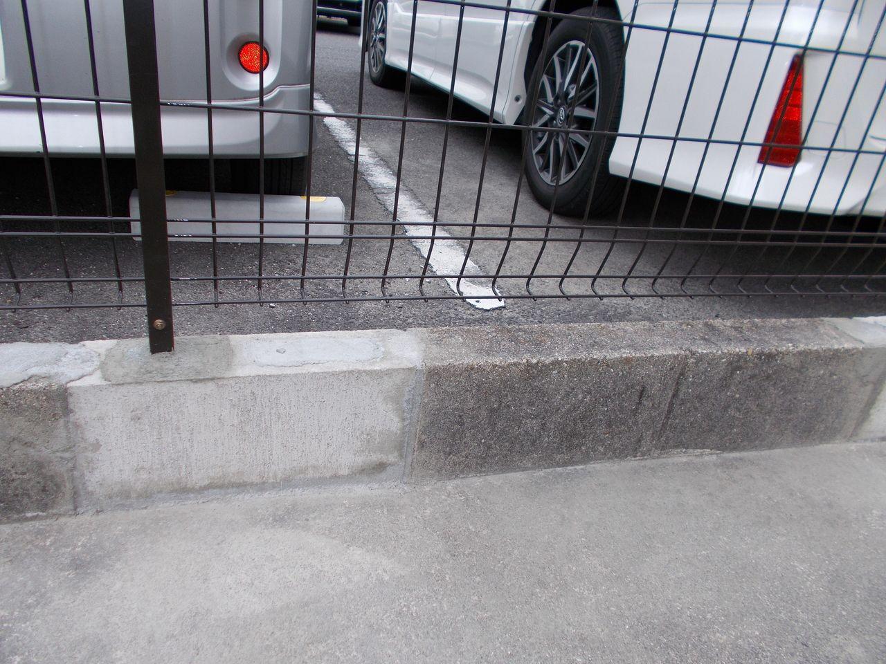 以前は輪止めがなかったので、バックの際に車をフェンスにぶつけてしまったようです。