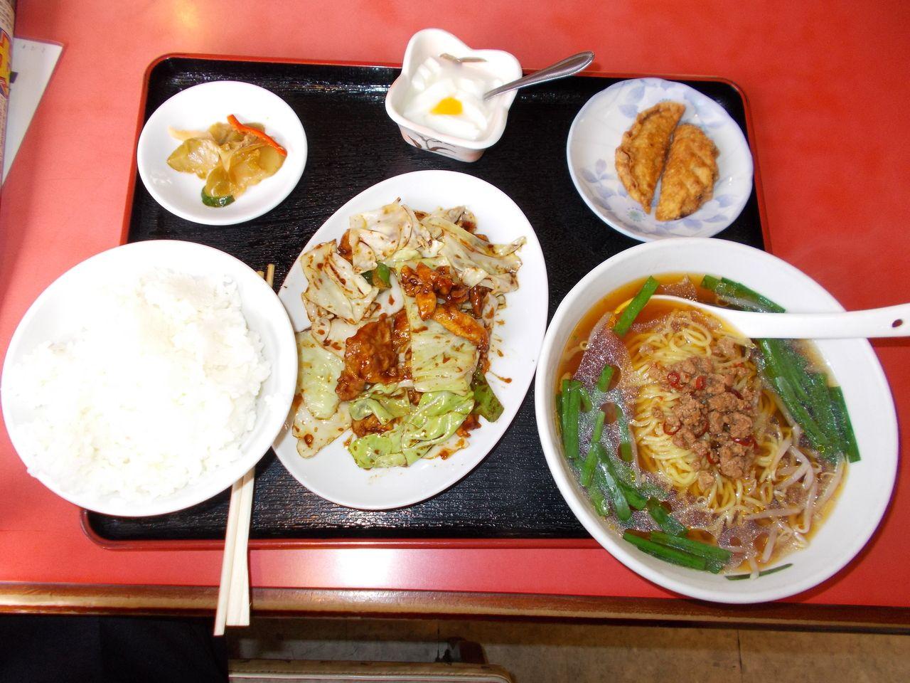 回鍋肉定食でした。デザートの杏仁豆腐が、ミルク寒天のような風味で好みです。