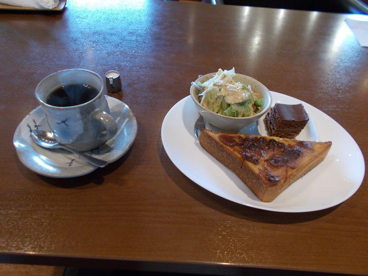 小倉あんとサラダを選びました。小倉あんのトーストとコーヒーの組み合わせは鉄板です。