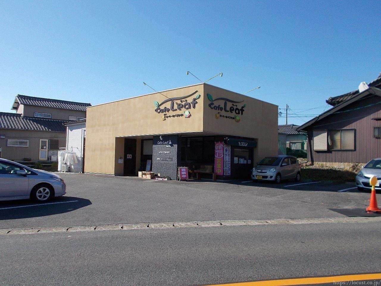 店先で果物や野菜も販売する、カフェリーフです。