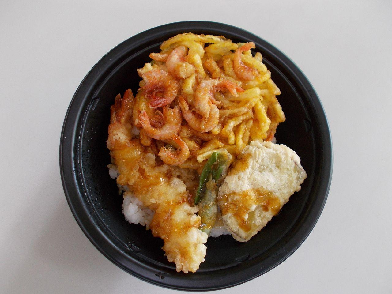 エビのかき揚げ、エビ(1尾)、さつまいも、オクラの天ぷらで構成される丼です。