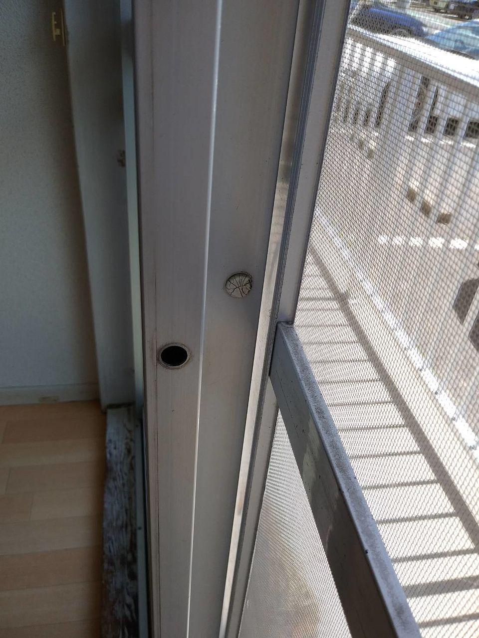 この網戸は「モヘア」が欠損しているので隙間が開いてしまっています。「モヘア」の取付けが必要です。